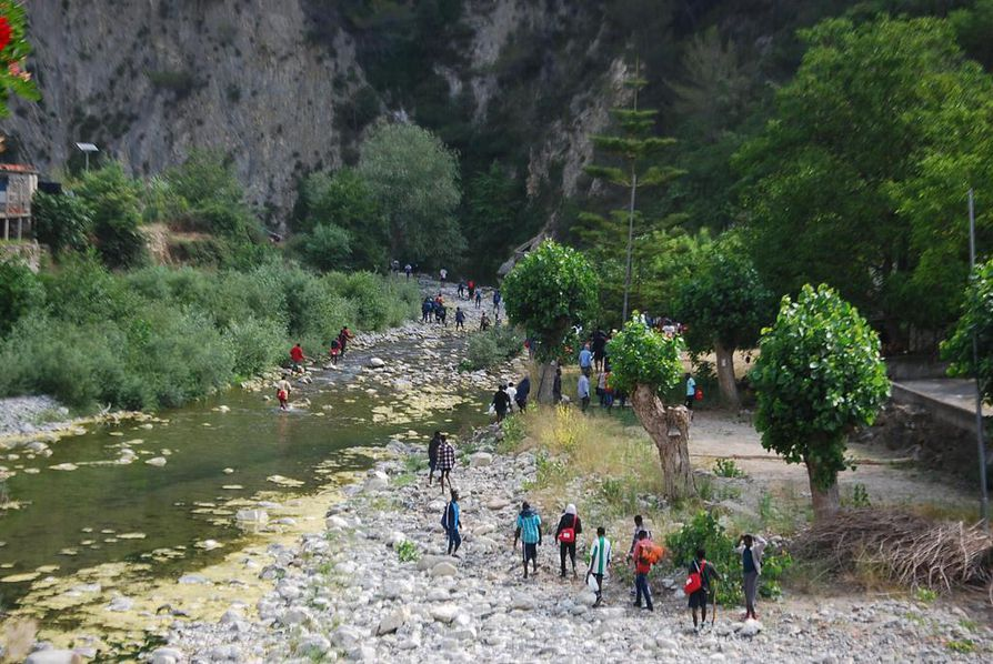 Siirtolaiset kävelivät viime kesäkuussa Italian Ventimiglian lähellä sijaitsevaa Roja-jokea pitkin pyrkimyksenään ylittää Ranskan raja keskiyön jälkeen. Ranskan rajaviranomaiset käännyttävät ihmisiä takaisin Italian puolelle kovin ottein.