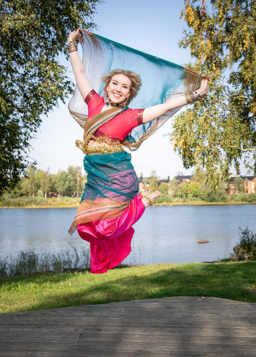 Bollywood on muun muassa värikkäitä vaatteita ja paljon koruja.