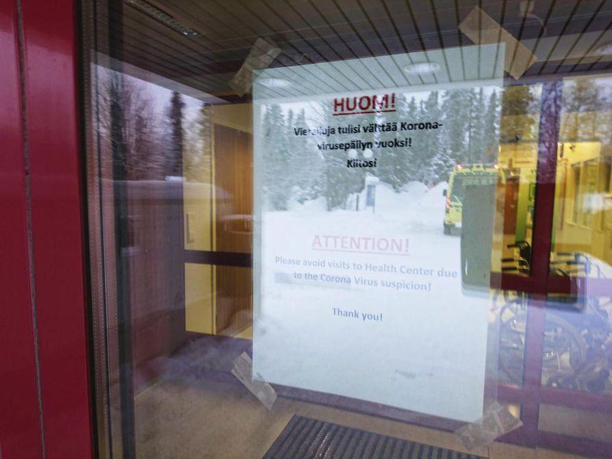 Ivalon terveyskeskuksen ovessa luki perjantaina, että vierailuja terveyskeskukseen tulisi välttää koronavirusepäilyjen vuoksi.