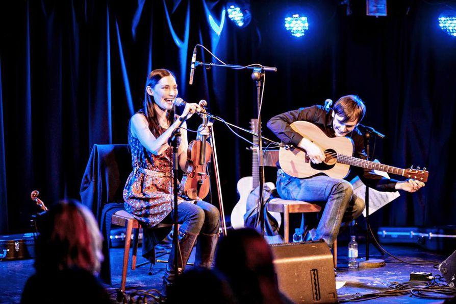 Zoë Conway ja John Mc Intyre esiintyvät torstaina kello 18 Oulun Teatterin Pikisalissa. Duo soittaa irlantilaista kansanmusiikkia. Sovituksissa on vaikutteita myös muista genreistä, kuten klassisesta, jazzista ja maailmanmusiikista.