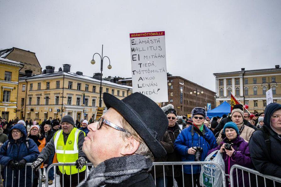 Kokoomuksen kansanedustaja Juhana Vartiainen sai yleisöltä kovimmat buuaukset Senaatintorilla.