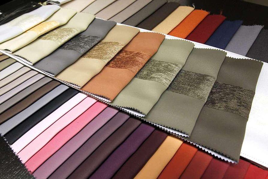 Pimentävällä vuorauksella mehukas, veden värejä toistava kangas on muutettu pimentäväksi laskosverhoksi. Sisustussuunnittelija Noora Siurua lisäsi laskosverhon kaveriksi  läpikuultavan aquan värisen sivuverhon.