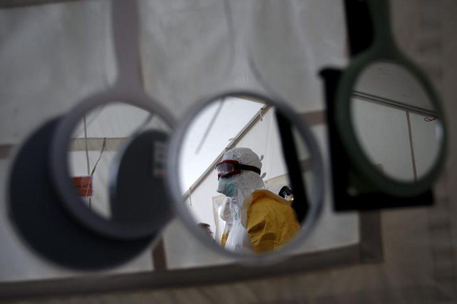 Hoitaja harjoittelee ebolapotilaan hoitamista Kansainvälisen Punaisen Ristin tiloissa Sveitsissä.