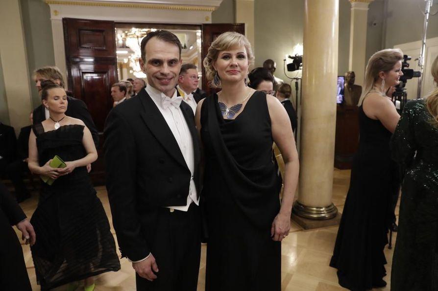 Marko Krapu juhli presidentinlinnassa vaimonsa Minna Elomaa-Krapun kanssa.