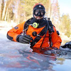 Ouluntullin louhosmonttu tarjoilee talvisukeltajalle unenomaisen maailman täynnä joulukuusia ja polkupyöriä