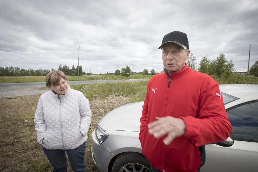 Merja ja Kari Isolan mielestä kunta on painanut raakamaan hintaa alas antamalla myyjille lisäksi tontteja, jotka eivät kauppakirjoissa näy. Kunnanjohtajan mukaan maanvaihto on osa kunnan tavallisia käytäntöjä kauppaa käydessä.