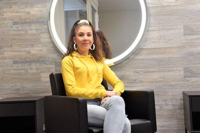 Anne Leskelä haluaa tarjota asiakkaille kampaamohetken ilman häiriötekijöitä - paikka yritykselle löytyi liiketilasta, josta Leskelän kampaamoura Kuusamossa alkoi
