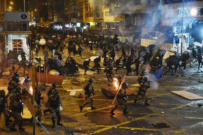 Yli sata ihmistä loukkaantui Hongkongissa maanantaina – pattitilanne yliopistolla jatkui