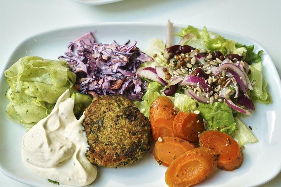 Konnektin lautaset  suorakulmioita, ja yhdelle lautaselle mahtuu hyvin sekä salaatti että pääruoka.