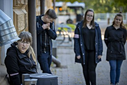 Improvisaatioteatteri Uniikki Unikorni panee koronalle kampoihin viemällä katsojat opastetuille kierroksille Oulun kuvitteelliseen keskustaan, Improvaaraan