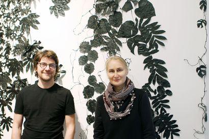 Hanna Oinosen ja Daniel Nagyn pelkistetty värimaailma tuo pimeään osuvaa melankoliaa Kemin taidemuseoon
