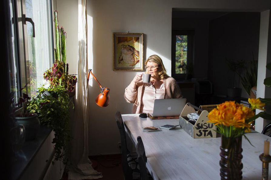 Sisustussuunnittelija Malla Tapio työskentelee aina kotitoimistossaan. Minulla on ihannetilanne, sillä olohuoneessa on iso pöytä, johon on mahdollisuus levitellä materiaaleja, hän sanoo. Mittanauhan, hiiren ja muita työvälineitä hän säilyttää työkalupakissa, jonka kerää päivän päätteeksi pois näkyvistä.