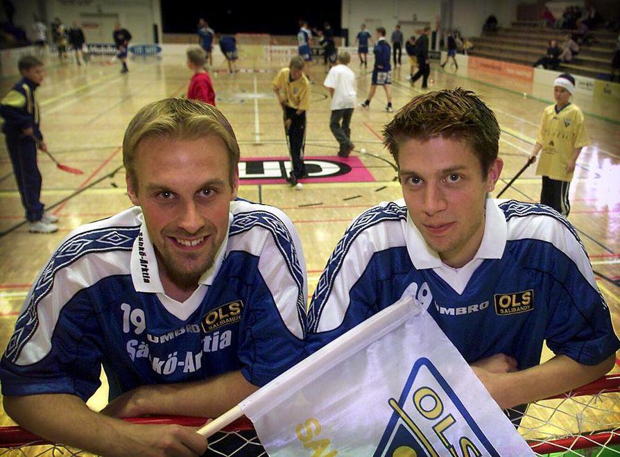 Jori Isomäki (vas.) ja Johnny Ojala toivat kaudella 2001-2002 OLS:aan rahalla ostettua osaamista.