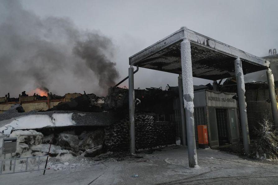 Hotelli Iso-Syöte tuhoutui pahoin tulipalossa.