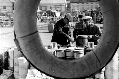 Vanhat kuvat: Silakkaa ja sirkushuveja - tori on ollut tapahtumien ja kaupan keskus Pohjois-Suomessa vuosikymmenien ajan