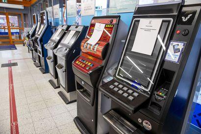 Veikkauksen peliautomaateilla pelaaminen vaatii tästä päivästä lähtien tunnistautumisen – yhtiö on vähentänyt peliautomaattien määrää vuodessa yli 40 prosenttia