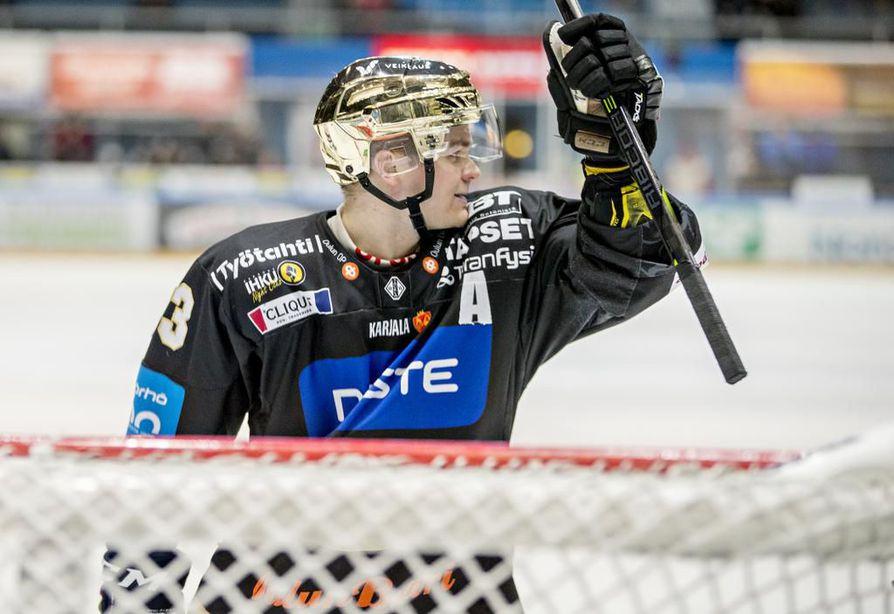 27-vuotias oululainen valittiin viime kaudella kotimaisen pääsarjan parhaaksi pelaajaksi sekä runkosarjassa että pudotuspeleissä.