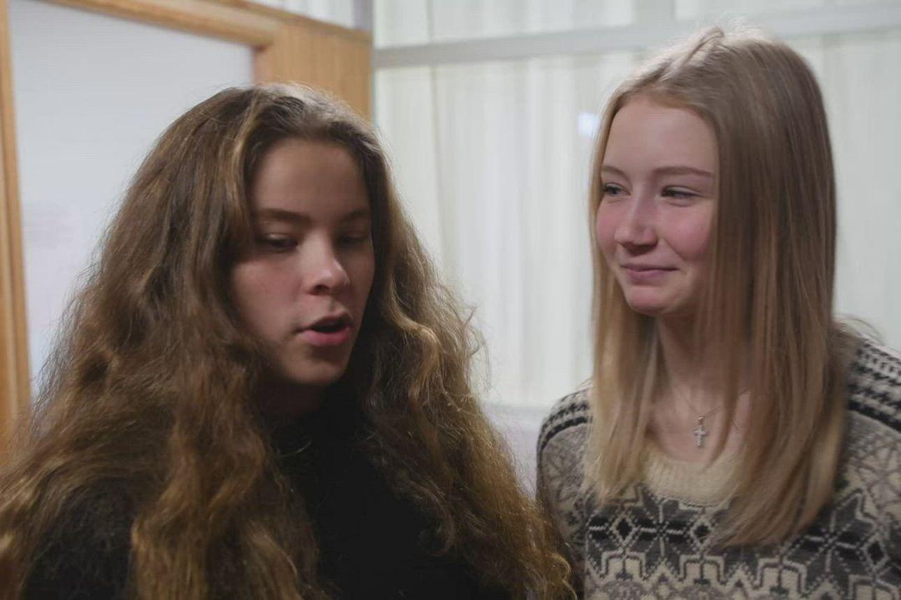 Rukan koulun yhdeksäsluokkalaisten Pinja Aatsingin ja Milja Sarajärven tunnelmia ottelun toisella erätauolla.