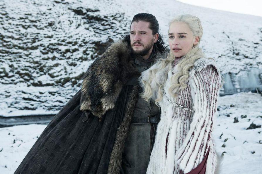 Jon Nietoksen (Kit Harington) ja Daenerys Targaryenin (Emilia Clarke) vaiheita on seurattu Game of Thrones -sarjan ensimmäisestä kaudesta saakka. Sarjan viimeinen tuotantokausi käynnistyy tänään maanantaina.