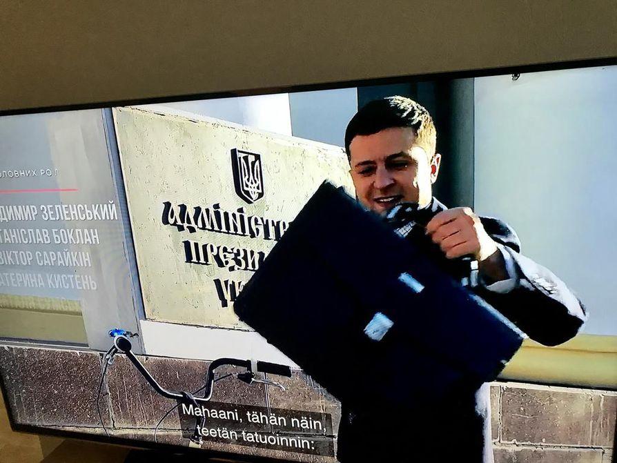 Presidentti Vasili Goloborodko oli ukrainalaisessa tv-sarjassa Kansan palvelija (Sluga Narodu) aivan Volodymyr Zelenskyin näköinen. Fiktiopresidentti tuli työpaikalle polkupyörällä halki Kiovan maisemien.