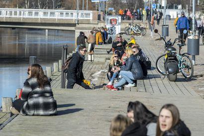 Aurinkoinen kevätsää sai ihmiset liikkeelle Oulussa – ulkona nautiskeltiin jäätelöä ja omia eväitä