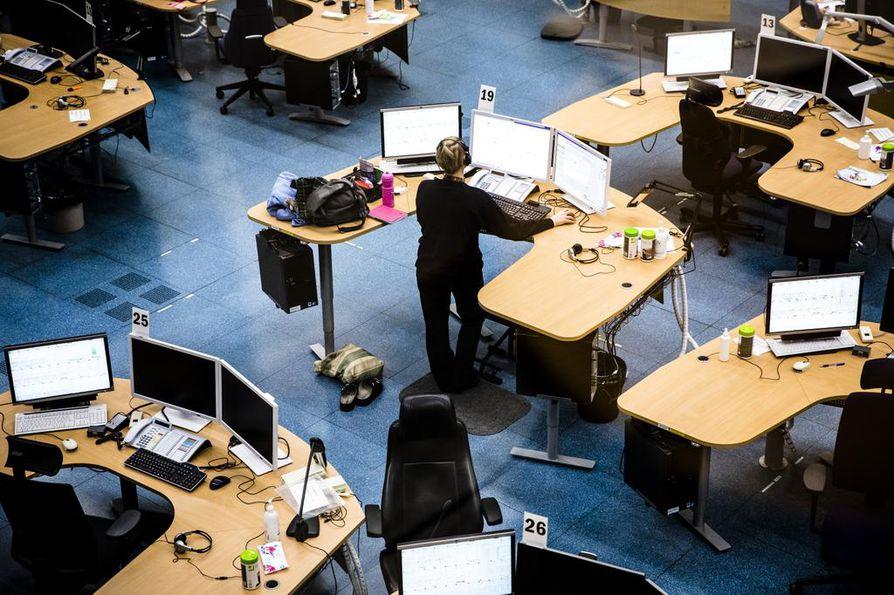 Hätäkeskuslaitos kirjaa vuosittain tuhansia ilkivallassa tehtyjä 112-puheluja. Kuva on Keravan hätäkeskuksesta. Näytöt on peitetty kuvankäsittelyllä.