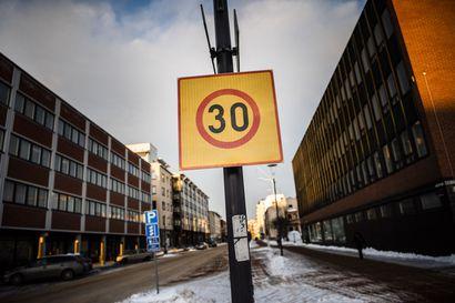 """Nopeusrajoituksia lasketaan Rovaniemen ydinkeskustan alueella 30 kilometriin tunnissa: """"Toivottavasti myös suojatiekäyttäytyminen paranisi"""""""