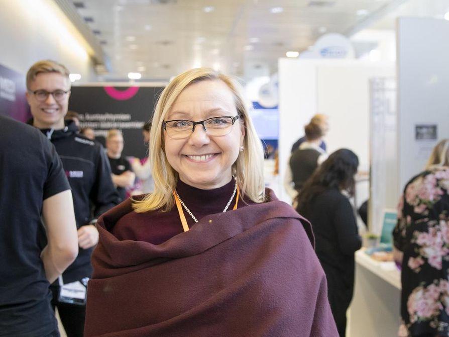 Suunterveyden ylilääkärin Tanja Ketola-Kinnulan mielestä suun hoito pitäisi liittää tiiviimmin perusterveydenhoitoon.