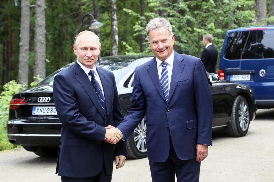 Presidentit Putin ja Niinistö ovat tavanneet usein. Kuvassa presidentit tervehtivät toisiaan Putinin vieraillessa Savonlinnassa heinäkuussa 2017.