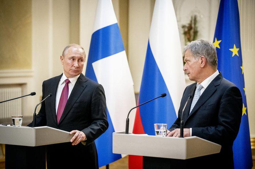 Venäjän presidentti Vladimir Putinin työvierailu Suomeen ei osoittautunut ihan niin yllätyksettömäksi kuin etukäteen ennakoitiin. Putin tuli tapansa mukaan paikalle rutkasti myöhässä, mutta se ei tuntunut häiritsevän presidentti Sauli Niinistöä.
