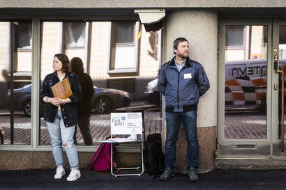 """Suomen valkovenäläiset vastustavat vaalivilppiä ja suorittavat ovensuukyselyä äänestyspaikalla, vaikka sunnuntain presidentinvaalin tulos lienee selvä – """"muutos ei tapahdu yhdessä päivässä"""""""