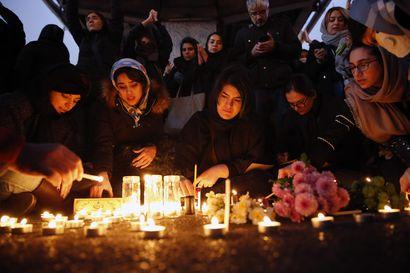 Tunteet muuttuivat surusta vihaan Iranissa – mielenosoittajat repivät surmatun kenraalin kuvia ja vaativat anteeksipyyntöä