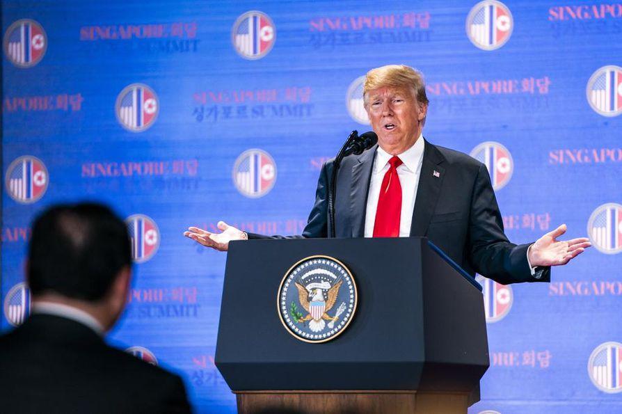 Trump viihtyi kansainvälisen median edessä runsaan tunnin. Hän ylisti Pohjois-Korean diktaattorin kanssa käymiään keskusteluja sydämellisiksi ja sanoi uskovansa, että maa myös toteuttaa rauhansopimuksen sisällön.