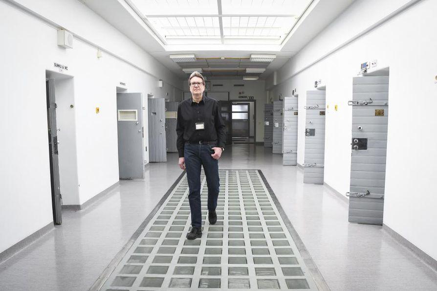 Vankien radikalisoitumisen estämisessä tärkeintä on pitää vaikutuksille alttiit vangit erillään radikalisoituneista vangeista. Näin uskoo vankien radikalisoitumisen tunnistamisprojektia Rikosseuraamuslaitoksessa vetänyt turvallisuuspäällikkö Juha Eriksson.