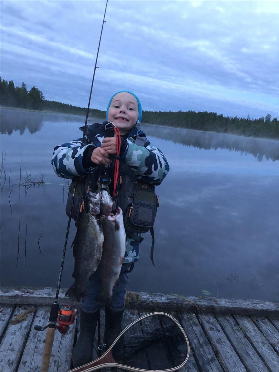 Odottavan aika on pitkä, mutta sitten 10 minuutissa tuli kaksi kalaa. Kala alkoi syödä aamuyöstä, kertoo kuvan lähettänyt Kai Lauri.