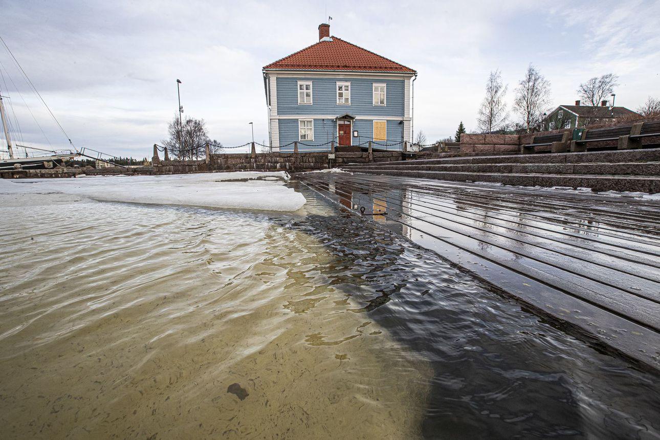 Hurja myrsky riehui viime yönä –Raahessa meriasemien kovimmat lukemat