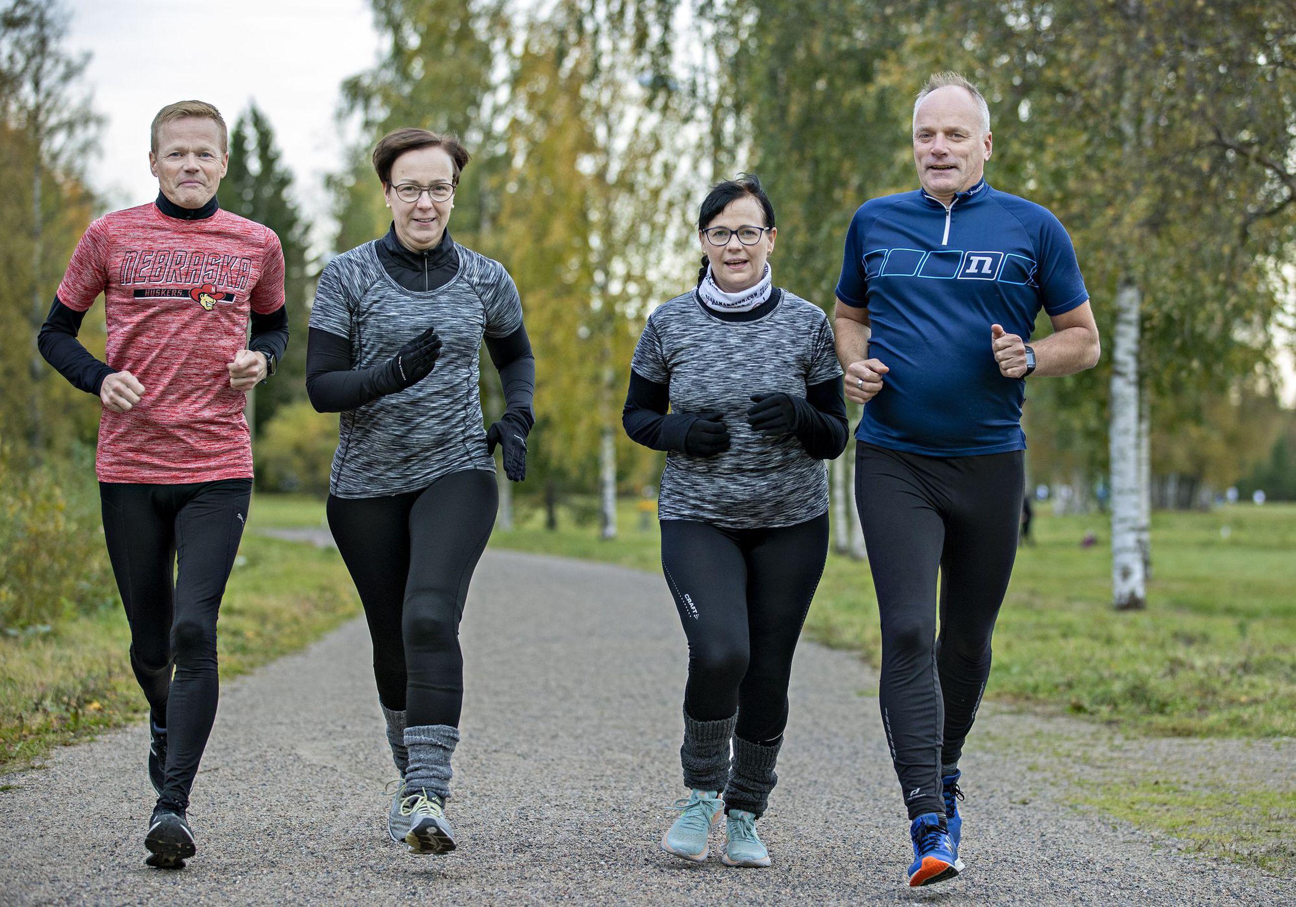 Jarmo Hartikka (vas.), Arja Hartikka, Riitta Hartikka ja Arto Hand vetävät tiukasti yhtä köyttä. Hölökyttelijöiden nelikko nauttii liikkumisesta kaikissa muodoissa.