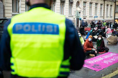 Poliisi epäilee Elokapinan taustayhdistystä rahankeräysrikoksesta, vaatii varoja takavarikkoon – Mielenosoittajat lukittautuivat perjantaina Valtioneuvoston linnan ovelle