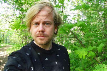 Teatterintekijä Jonne Putkonen kirjoitti ja lukee 27 tuntia pitkän äänikirjan – Pentti Heikkisen elämä ja työt -teos on massiivinen tarina Kainuusta