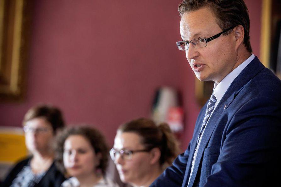 Raahen kaupunginjohtaja Ari Nurkkala kertoo, että 1,7 miljoonan euron kunnallisverokertymän vaje uhkaa kaupunkia.