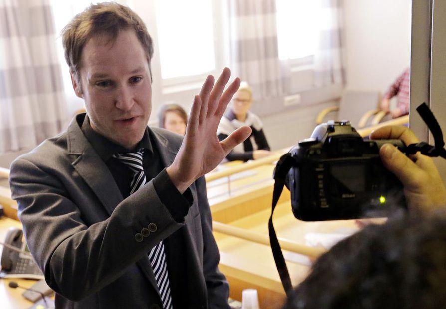 Oulun käräjäoikeus vangitsi 16-vuotiaan miehen Osaon Myllytullin yksikössä torstaina tapahtuneista puukotuksista. Istunto päätettiin pitää salassa. Kuvassa tuomari Heikki Juntunen.