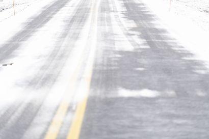 Tieliikennekeskus varoittaa huonosta ajokelistä Oulun seudulla: voimakas lumisade heikentää näkyvyyttä
