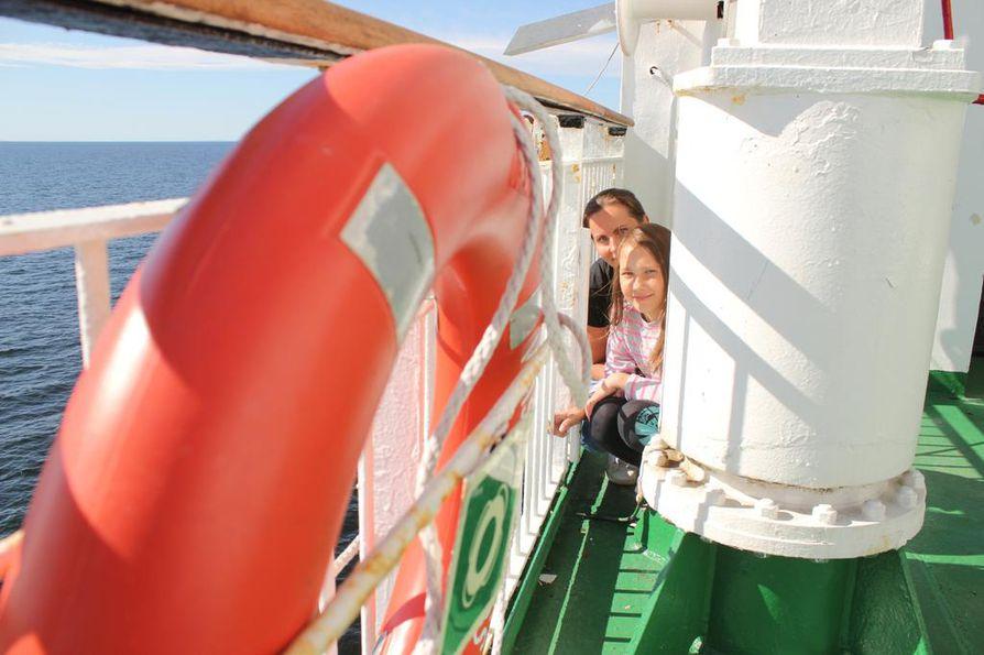 Viidesluokkalainen Aino-Maaria Palomäki oli matkalla luokkaretkelle Uumajaan, ja hänen äitinsä Anja Palomäki oli matkalla valvojana. Koko retkiporukka opettajineen ja valvojineen osallistui piiloleikkiin laivan aurinkokannella.