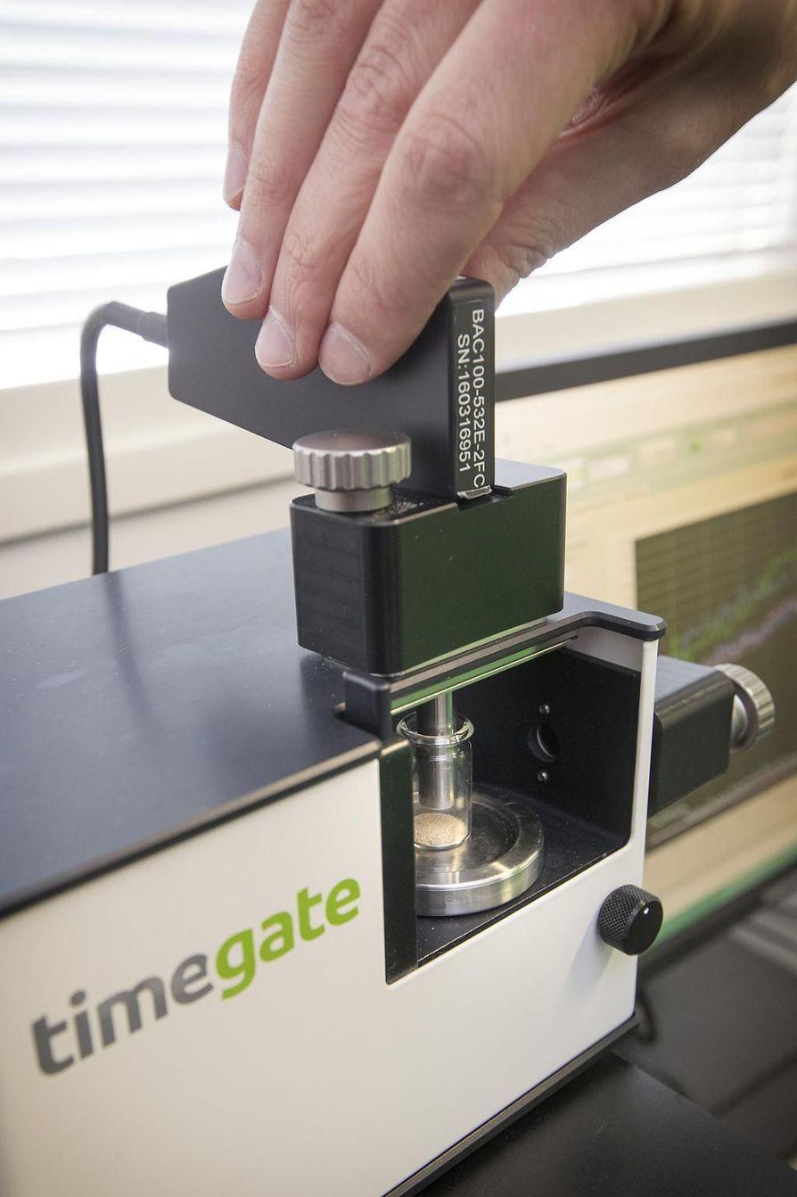 Timegate Instruments on kehittänyt laitteen, joka pommittaa molekyylejä fotoneilla eli valohiukkasilla ja tekee samalla nopeaa analyysiä.