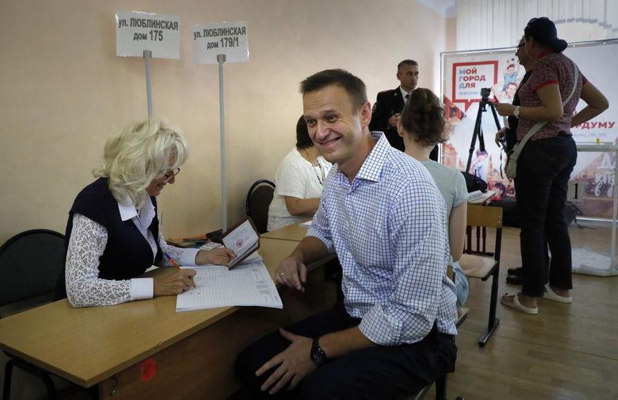 Oppositiojohtaja Alexei Navalnyi (oik.) äänesti sunnuntaina Moskovassa.