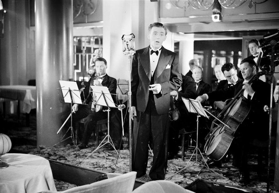 Olavi Virta oli 24-vuotias toimiessaan orkesterin laulusolistina Valentin Vaalan vuonna 1939 ohjaamassa elokuvassa Rikas tyttö.