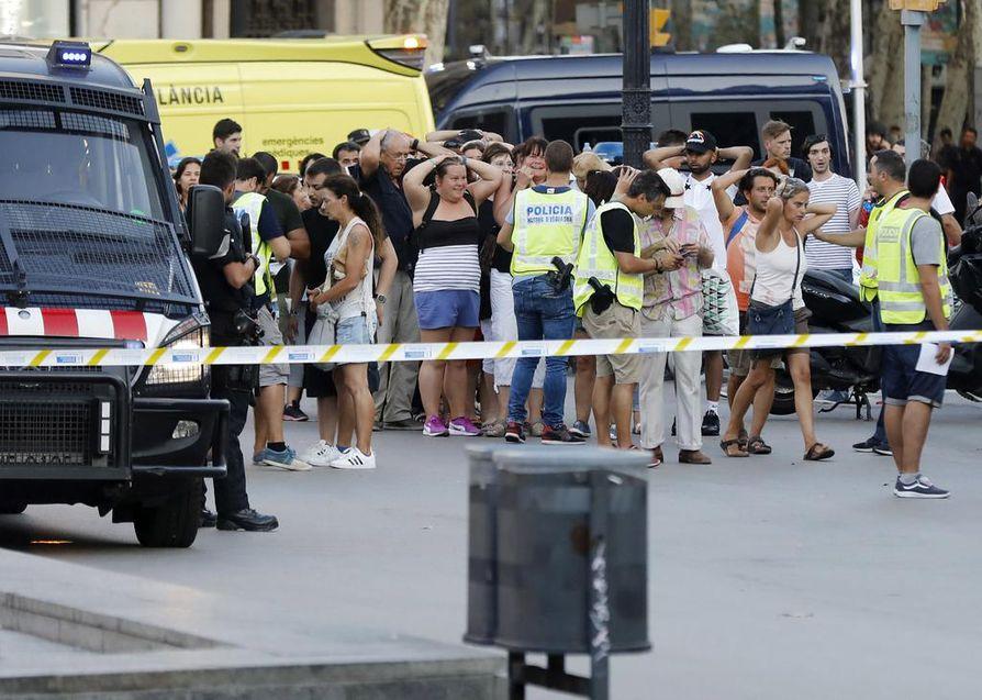 Poliisit rajasivat terrori-iskun alueen ja tarkastivat ihmisten henkilöllisyyksiä heti tragedian jälkeen illalla. Las Ramblas -kävelykatu kuhisee aina ihmisiä monista maista.
