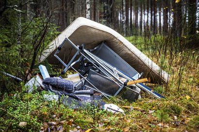 Metsään kipatut jätteet aiheuttavat kunnille jopa kymmenien tuhansien eurojen kulut vuosittain,  maksajaksi joutuvat myös yksityiset maanomistajat