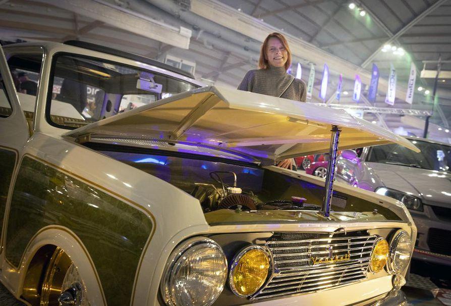 Seinäjokelainen Heli Vuolle ja hänen miehensä Markon kanssa yhdessä rakentama vuoden 1965 Vauxhall Viva.