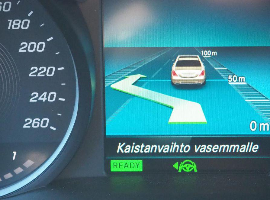 Mittaristo ilmoittaa automaattisen kaistanvaihdon aloittamisesta. Tutkat rekisteröivät ohitettavan auton ja sen etäisyyden omasta ajoneuvosta.